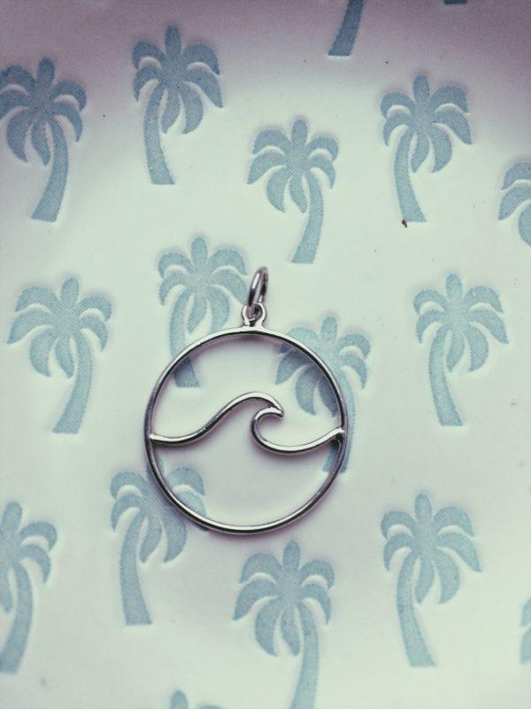 salty-kiss-pendant-wave